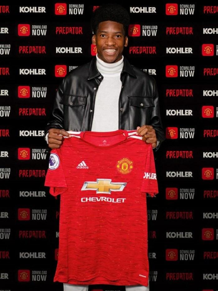 Amad Diallo với chiếc áo của đội bóng M.U