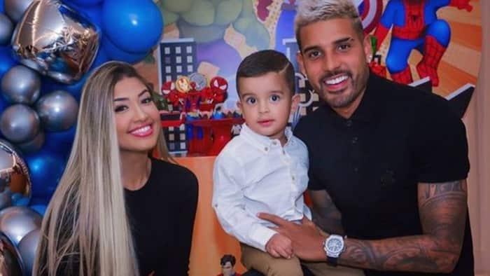 Emerson Palmieri và bạn gái cùng con trai