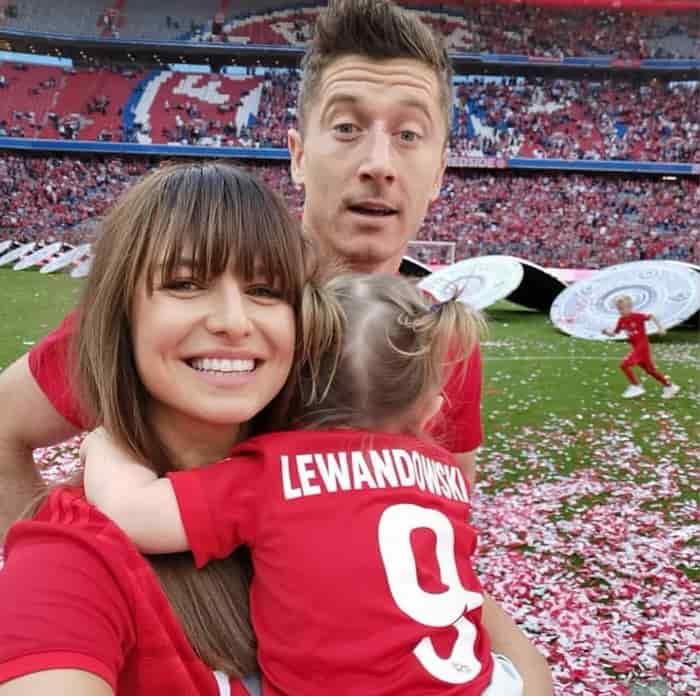 Robert Lewandowski cùng vợ con trên ăn mừng chiến thắng
